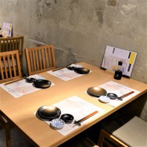 お席・店内_Table4_hanatare-headoffice